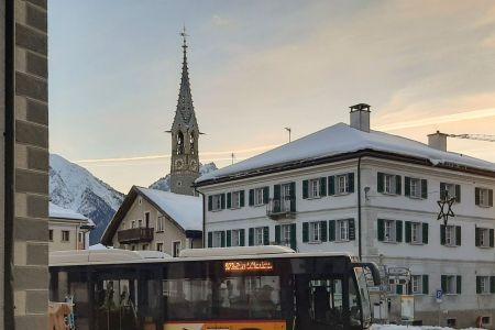 Sent_Chasa_Fent_Bus mit Kirche.jpg